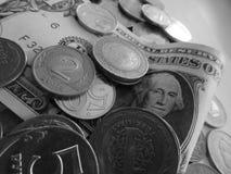 Um d?lar e moedas de pa?ses diferentes fotografia de stock royalty free