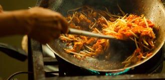 Um da maioria de fast food tailandês asiático favorito e famoso da rua na bandeja quente, acolchoa tailandês, é um prato do macar Foto de Stock