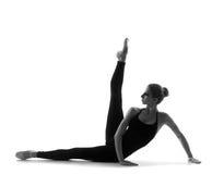 Um dançarino de bailado caucasiano novo em um vestido preto fotografia de stock royalty free