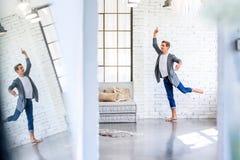 Um dançarino de bailado masculino novo considerável que pratica em um estilo A do sótão imagens de stock