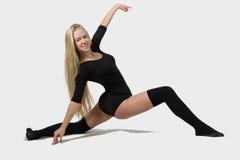 Um dançarino fêmea em um fundo branco Imagens de Stock