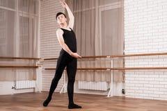 Um dançarino masculino que ensaia em uma classe do bailado imagens de stock royalty free