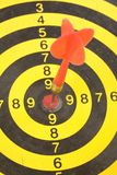 Um dardo em um dartboard fotografia de stock royalty free