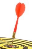 Um dardo em um dartboard imagens de stock