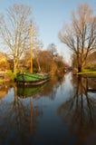 Um de lingüeta barge dentro o canal de uma vila holandesa Imagens de Stock Royalty Free