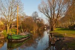 Um de lingüeta barge dentro o canal de uma vila holandesa Fotografia de Stock Royalty Free