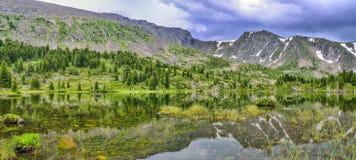Um de sete montanhas de Altai do lakesin de Karakol da montanha, Rússia imagens de stock royalty free