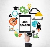 Um dedo está empurrando o botão na tabuleta para encontrar vagas de trabalho novas Procurando um trabalho no Internet Imagens de Stock Royalty Free