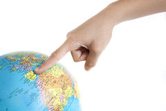 Um dedo que aponta à Espanha em um globo do mundo Fotografia de Stock