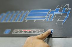 Um dedo que pressiona uma máquina de grande impressão do buttonon da cópia fotografia de stock royalty free