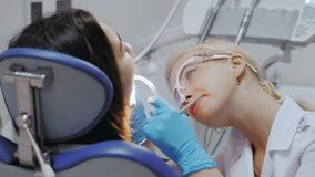 Um dentista Drills um dente vídeos de arquivo