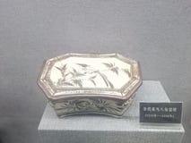 um descanso chinês antigo com uma posição do pássaro em um ramo imagens de stock royalty free