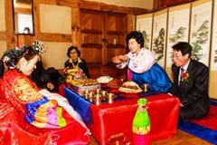 Um desempenho do casamento coreano tradicional. Imagem de Stock