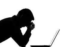 Um desespero de computação do computador da silhueta do homem Foto de Stock