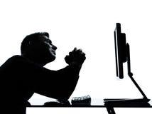 Um desespero de computação do computador da silhueta do homem Imagens de Stock Royalty Free