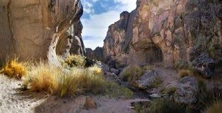 Um desfiladeiro com a entrada à caverna de Sumbay, que é famosa para a arte rupestrian do período paleolítico, Peru do sul Imagem de Stock