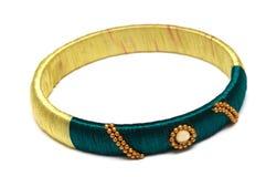 Um deslizamento do verde amarelo na pulseira do bracelete imagem de stock royalty free