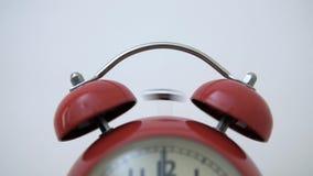 Um despertador vermelho do vintage joga o alarme quando a agulha do seletor obtém a 7 horas ilustração do vetor