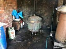 Um destilador antes de começar o processo crafting do eau-de-vie foto de stock royalty free