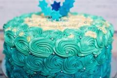 Um detalhe ciano e azul do bolo de aniversário da camada fotos de stock