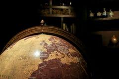 Um detalhe de um globo de madeira velho imagem de stock royalty free