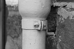 Um detalhe de um parafuso de um conduto pluvial branco imagens de stock