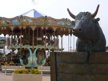 Um detalhe de Saintes Maries de la Mer, um carrossel e um touro em Saintes Maries de la Mer, Provence, França foto de stock