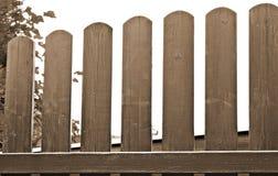 Um detalhe de uma cerca de madeira de pálido - cor do sepia imagens de stock royalty free