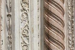 Um detalhe de uma coluna de mármore antiga Fotos de Stock Royalty Free