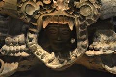 Um deus prehispanic que olha de sua máscara ritual imagens de stock royalty free