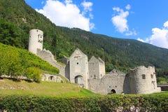 Um di medieval Rio Pusteria de Chiusa da fortificação em Val Pusteria, dolomites, Itália imagens de stock