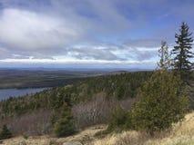 Um dia bonito no porto Maine da barra sobre a montanha de Cadillac situada no parque nacional do Acadia Fotografia de Stock Royalty Free