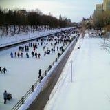 Um dia claro do ` s do inverno em um fim de semana em Ottawa, Ontário, sagacidade de Canadá imagem de stock royalty free