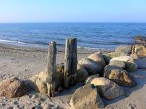 Um dia de inverno ensolarado na praia imagens de stock royalty free