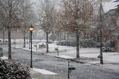 Um dia de inverno nevando na rua Fotos de Stock