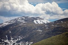 Um dia de verão com céu azul e as nuvens brancas em Rocky Mountain National Park em Colorado foto de stock royalty free