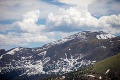 Um dia de verão com céu azul e as nuvens brancas em Rocky Mountain National Park em Colorado fotos de stock
