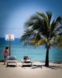Um dia do relaxamento em uma praia Imagem de Stock Royalty Free