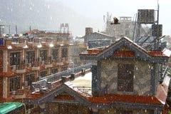 Um dia ensolarado chovendo Imagens de Stock