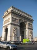 Um dia ensolarado em L 'Arc de Triomphe de l 'Etoile, Paris fotografia de stock royalty free