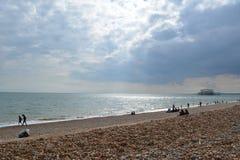 Um dia ensolarado na praia de Brigghton Fotos de Stock Royalty Free