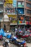 Um dia ensolarado nas ruas estreitas de Kathmandu o 25 de março de 2018 Fotos de Stock Royalty Free