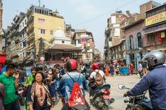 Um dia ensolarado nas ruas estreitas de Kathmandu o 25 de março de 2018 Fotos de Stock