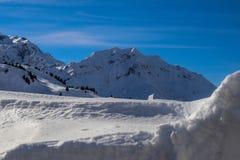 Um dia ensolarado no Mountians no inverno foto de stock
