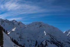 Um dia ensolarado no Mountians no inverno foto de stock royalty free