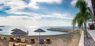 Um dia morno e ensolarado em uma praia em Limassol Fotos de Stock Royalty Free