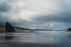 Um dia nebuloso na praia imagens de stock royalty free