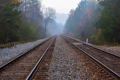 Um dia nevoento na trilha de estrada de ferro fotografia de stock