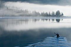 Um dia nevoento no lago Samish imagens de stock