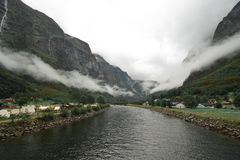 Um dia temperamental em um rio norueguês que flui nos fiordes fotografia de stock